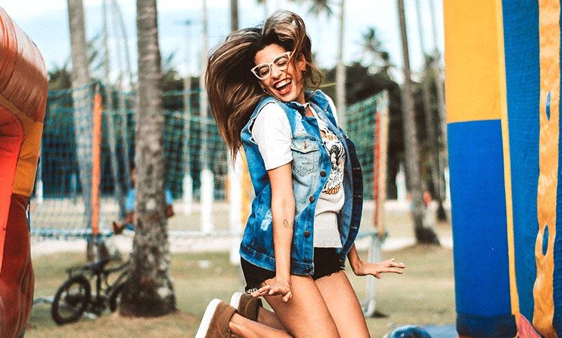笑いながらジャンプする女性