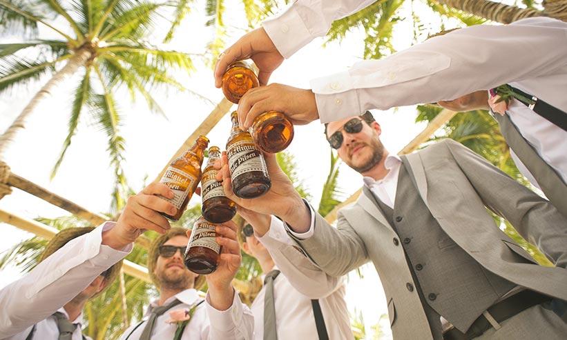 パーティで乾杯をする大勢の男性