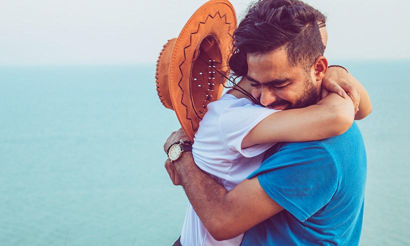 強く抱きしめ合うカップル