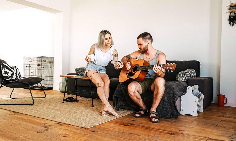 ギターを弾く男性と横で聞いている女性