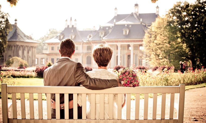 ベンチに座るカップルの後ろ姿