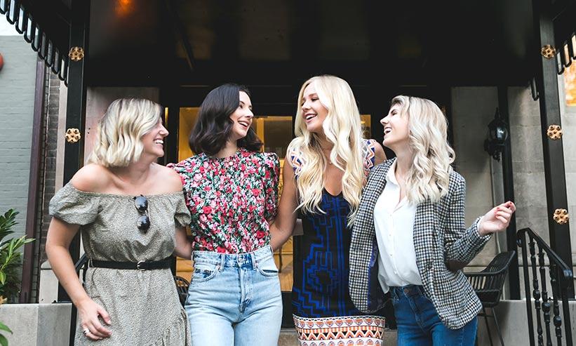 話をしている4人の女性