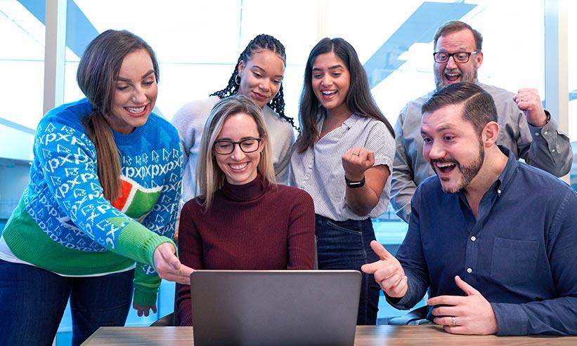 パソコンを見ている大勢の男女