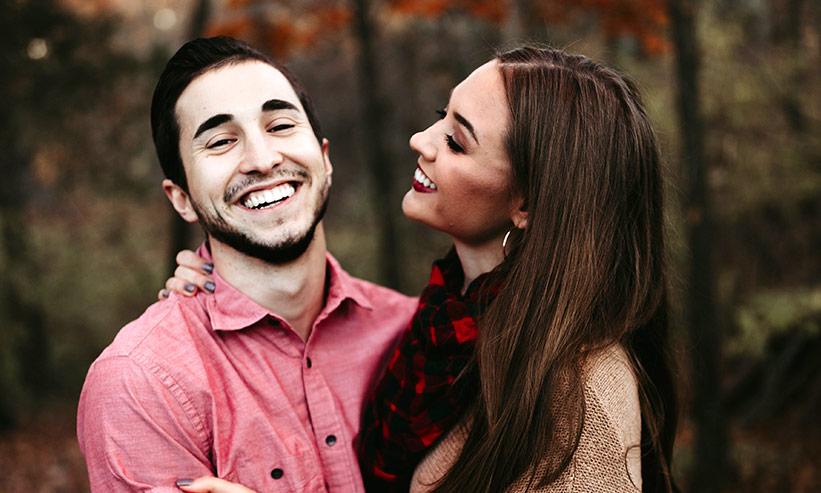 笑顔の男性を見ている女性