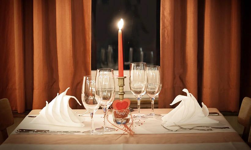 レストランのテーブルに並べられたグラスと蝋燭