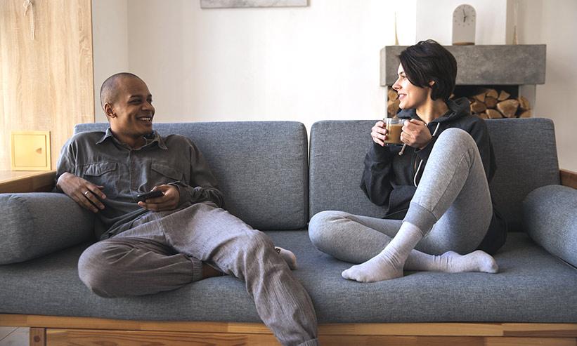 ソファーに座り寛ぐカップル