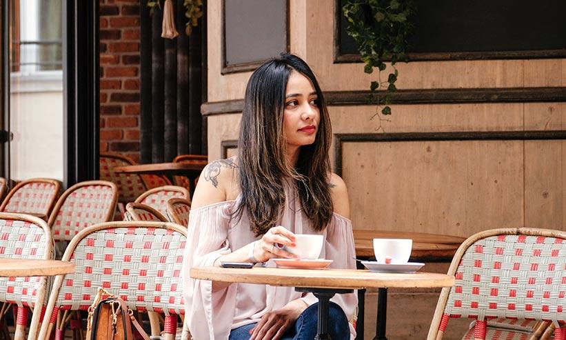 カフェでコーヒーを飲んでいる女性
