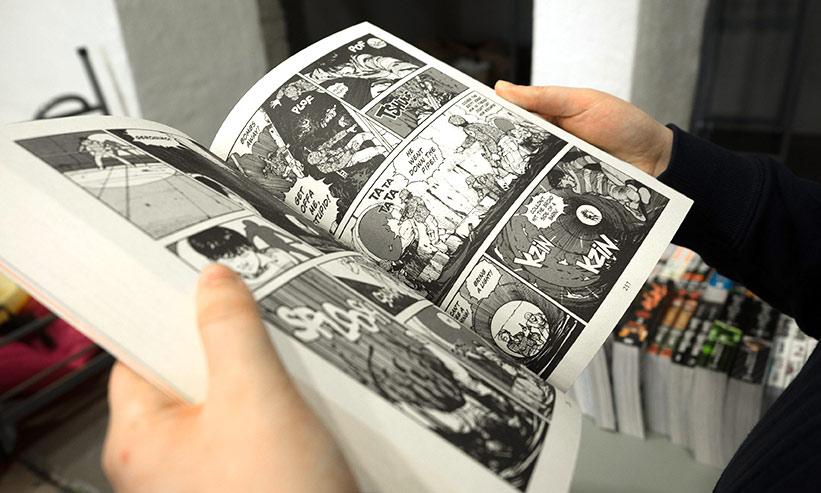 漫画本を読む男性