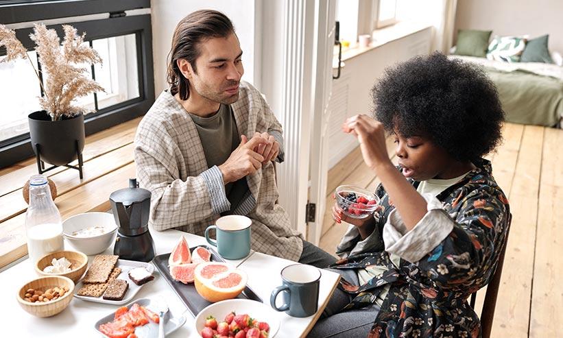 食事をしながら話をするカップル