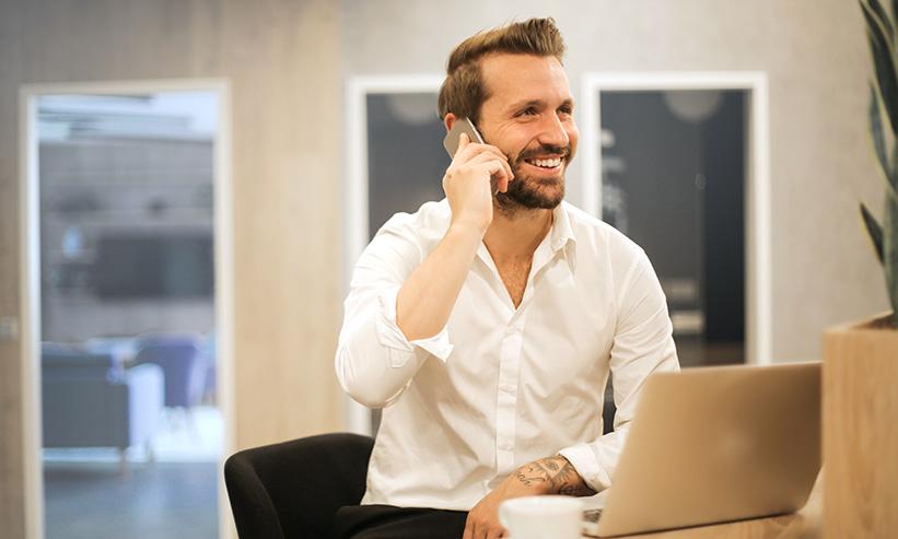 笑いながら電話をしている男性