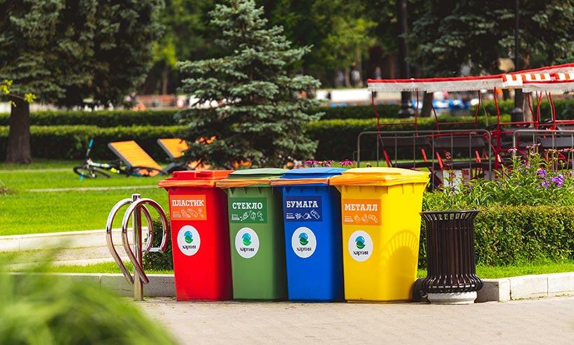 道路に並べられたゴミ箱