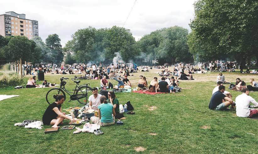 公園で寛ぐ大勢の人々