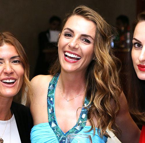 笑っている3人の女性