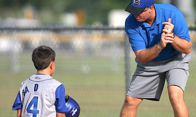 野球を教える男性