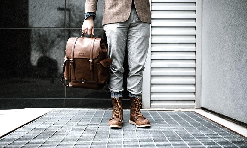 バッグを持って立っている男性