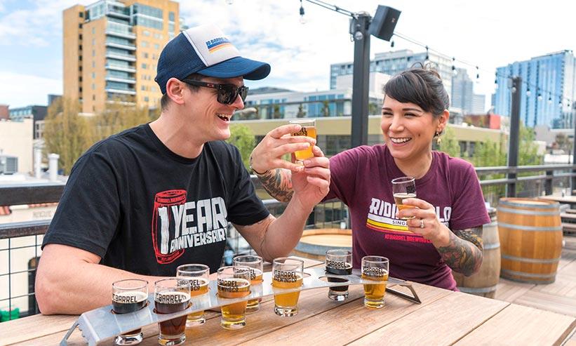 ビールの飲み比べをしているカップル
