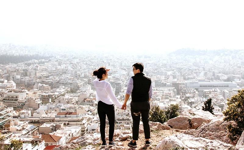 街を見下ろせる丘に立つカップル