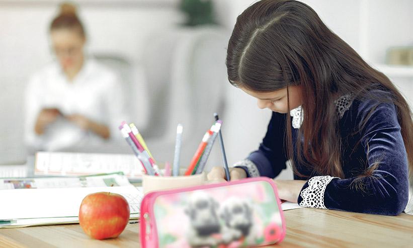 勉強をしている女の子