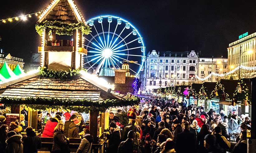 賑わう夜のクリスマスマーケット