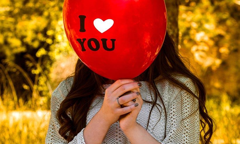 I LOVE YOUの風船を持つ女性