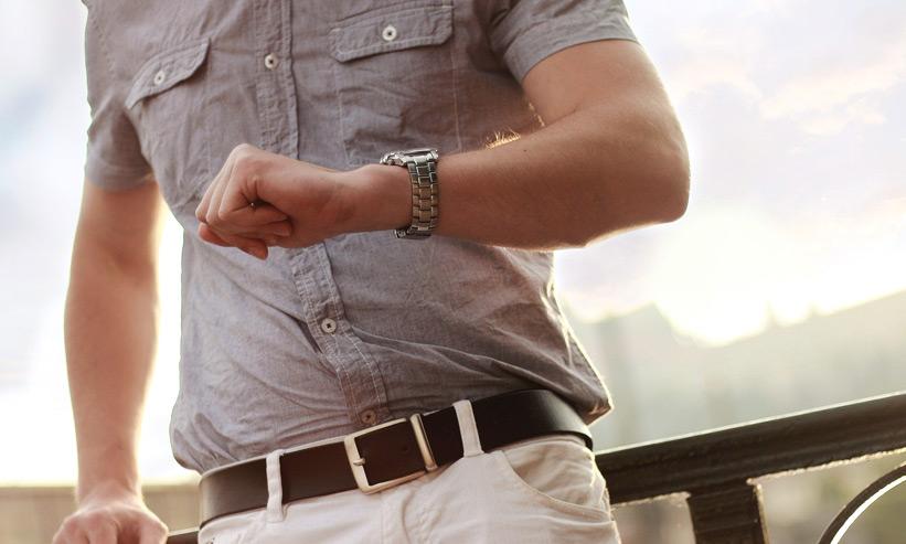 腕時計を確認する男性