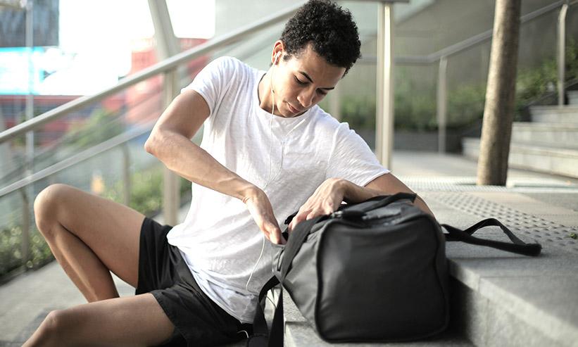荷物のチェックをする男性