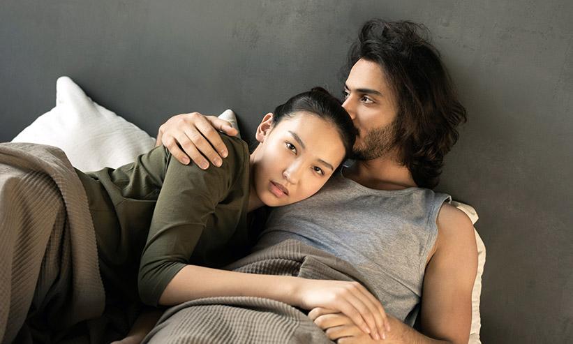 ベッドで寛ぐカップル