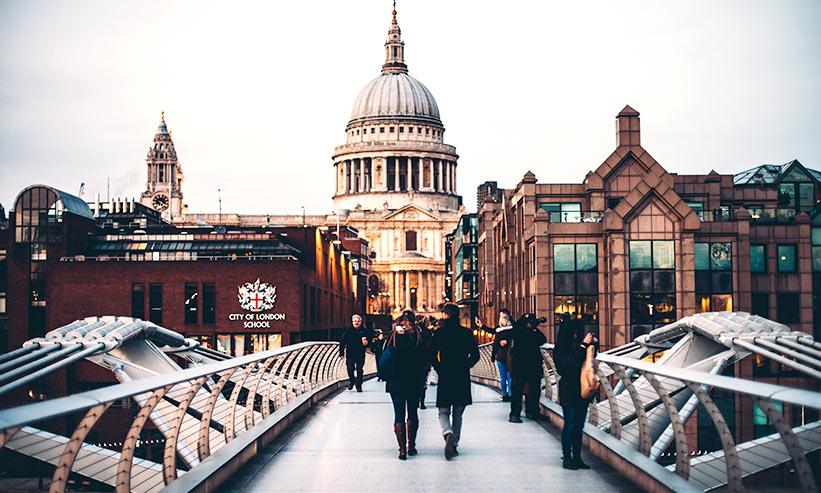 ロンドンをデート中のカップル