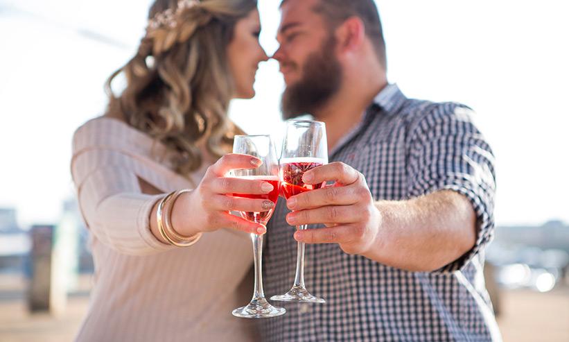 見つめあい乾杯をするカップル