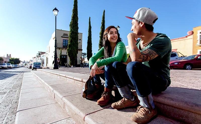 座って話をしているカップル