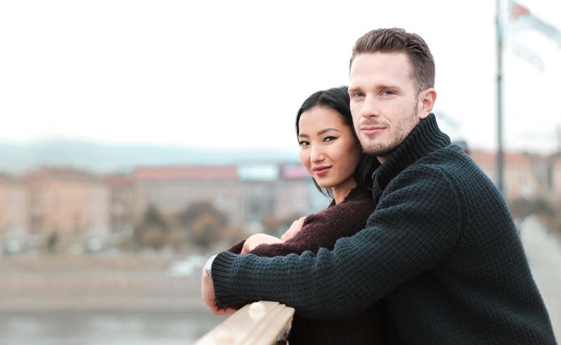 寄り添い遠くを見つめるカップル