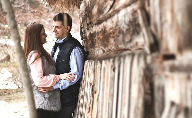 壁にもたれ見つめ合うカップル