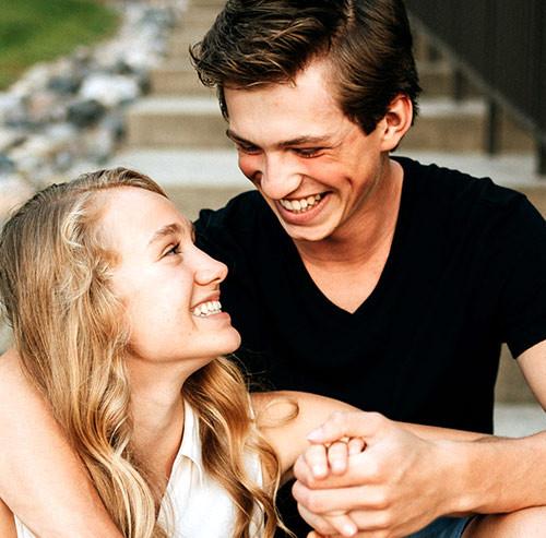 笑顔で見つめ合うカップル