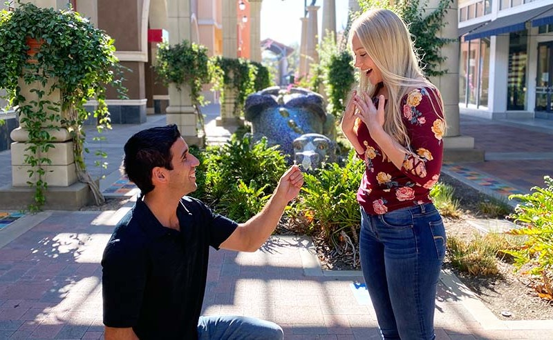 膝をついて女性に指輪を差し出す男性