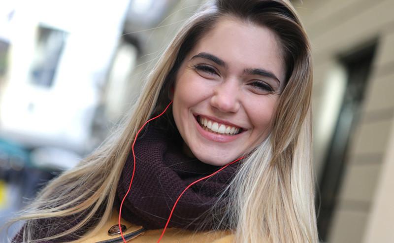 満面の笑みの女性