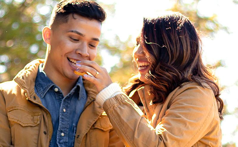 男性にお菓子を食べさせる女性