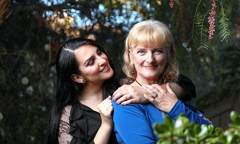 母親の首に手を回す女性