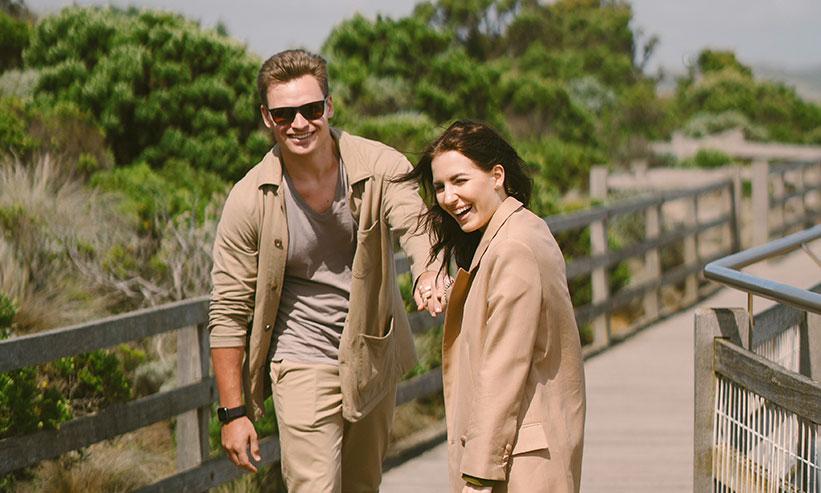 笑って楽しそうにデートするカップル