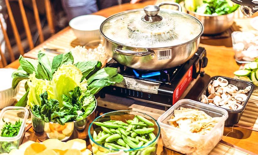 テーブルに置かれた鍋料理
