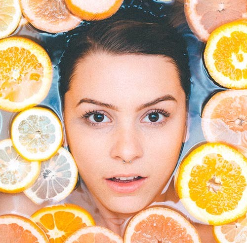 レモン風呂に浸かっている女性