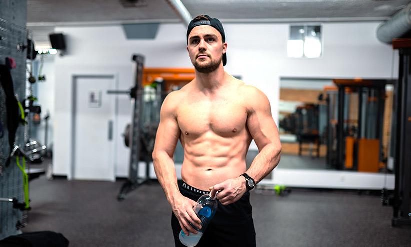 筋肉を自慢している男性