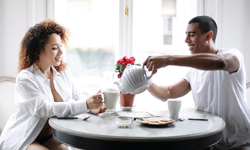 女性にお茶を注ぐ男性