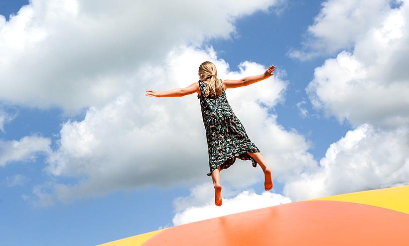 飛んでいる少女