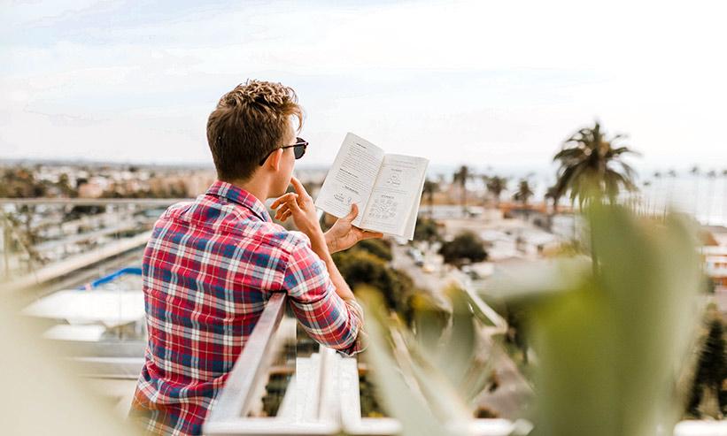本を読んでいる男性