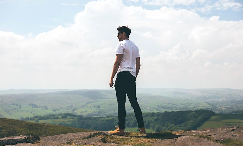 絶景を眺める男性