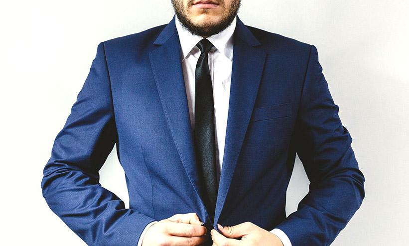 スーツをビシッと着こなす男性