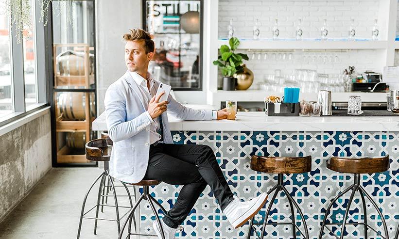 カフェのカウンターに座る男性