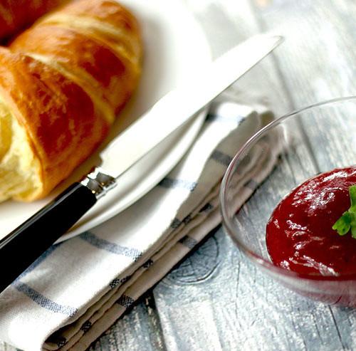 テーブルに置かれたパンとジャムとナイフ