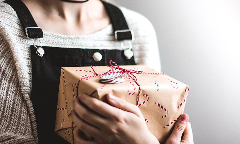 小包を抱える女性