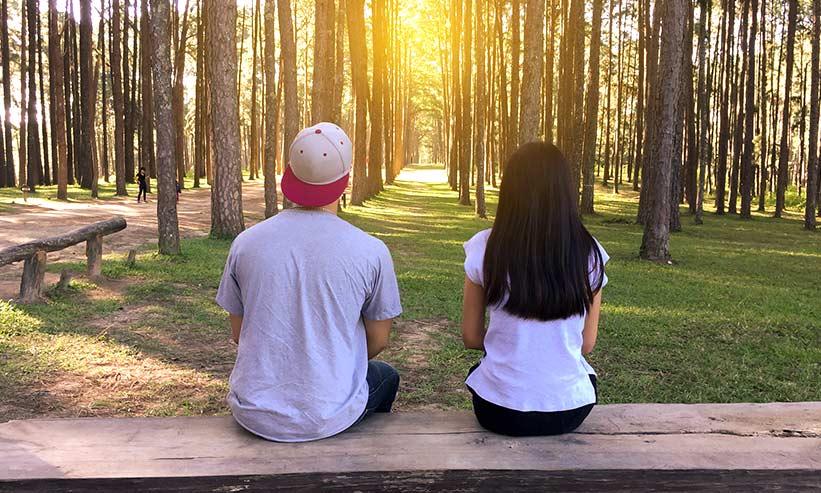 森林浴をしているカップル